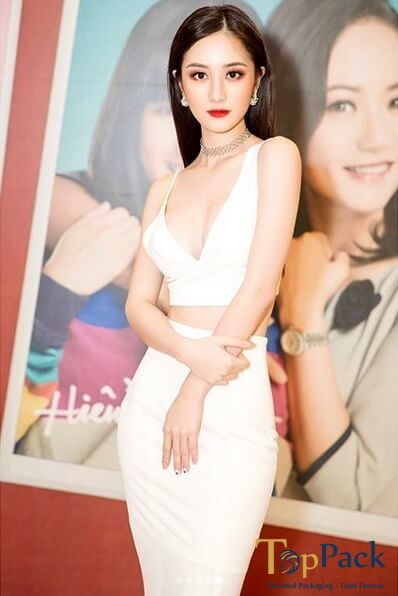 Jun Vũ mặc váy trắng tham gia sự kiện